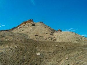 Rastros de rodados, al fondo, resaltos formados por las calizas de la Formación Roca (60 millones de años aproximadamente)
